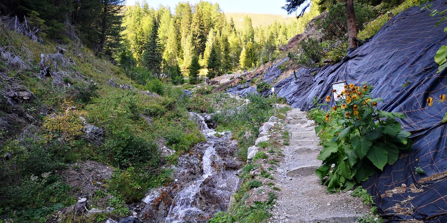 Den Weg entlang des Wasserfalls auf der Schatzbodenalp